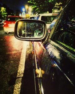 Roma (Centocelle). Una chiocciola trasporta la sua conchiglia sulla fiancata di un'auto parcheggiata , noncurante dell'acquazzone che sta mettendo in ginocchio Roma.